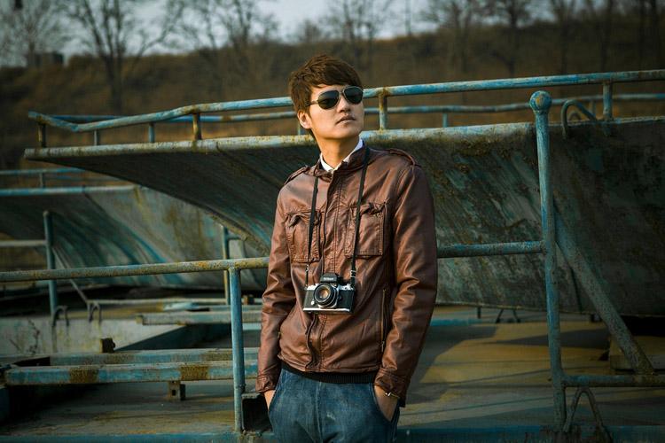 Fotograf Lederjacke Jeanshose